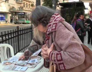 Poemas de Borges copan las calles de Buenos Aires a 120 años de su nacimiento